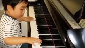 Deze 5 jarige speelt beter piano dan een doorsnee muziekschool student!