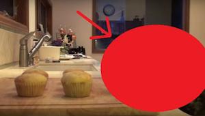 Iemand bleef de muffins stelen, zodat de vrouw een camera geïnstalleerd had om d