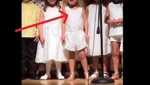 Kleuters beginnen te zingen op het einde van het jaar, hou het meisje in het wit