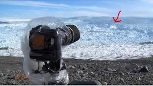 Hij richtte de camera op het ijs. Even later nam hij iets onvoorstelbaar op!