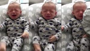 Deze pasgeboren baby wil niet stoppen met huilen, dan geeft zijn vader hem een v