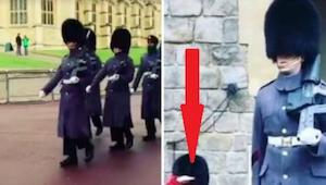 De Royal Guards keren terug naar het paleis na wissel van de wacht - dan draait