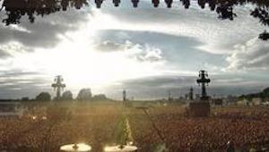 Green Day laat 'Bohemian Rhapsody' afspelen voordat ze beginnen. Dan gebeurt iet