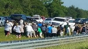 Ze zag een ongeluk op de snelweg en mensen renden naar de auto. Wat ze deden is