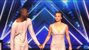 Een koppel dansers pleziert de jury met een ongewone show en won de als beloning