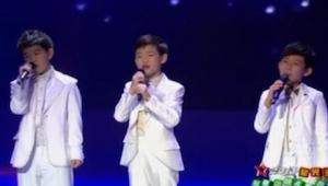 3 jongens zijn zich aan het voorbereiden om te zingen. Niemand kon de schoonheid