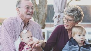 Onderzoekers hebben vastgesteld dat grootmoeders die omgaan met kleinkinderen ee