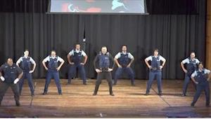 9 politieagenten staan op een podium. En wat ze doen is echt geweldig!