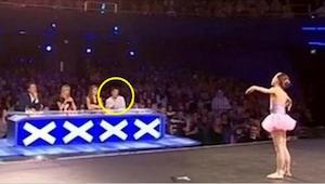Het meisje begon te dansen, maar na een paar seconden wou Simon haar optreden st
