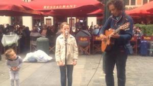De vader dringt erop aan dat zijn dochter zingt met de straatmuzikant. Wanneer h
