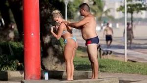 Wanneer een mooie dame vraagt om haar rug te wassen, aarzeld de man niet. Door w