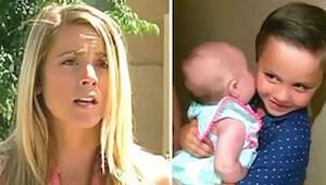 De buurvrouw opent de deur en ziet een 5-jarige met een baby in zijn armen. Toen