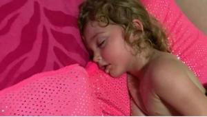 Ze dacht dat haar dochter goed aan het slapen was, maar toen ze haar probeerde w