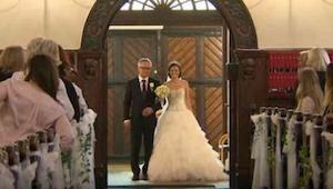 De vader brengt zijn dochter naar het altaar. De vrouw hief haar hand op en verb