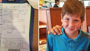 De jongen schrijft iets op de rekening en schuift het naar een politieagent. Wan