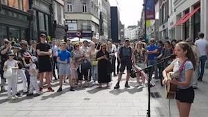 De 12-jarige speelt gitaar en begint te zingen in Dublin op straat. Haar talent