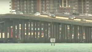 De kapitein merkte zag dat er iets van de brug viel , toen hij het ving brak zij