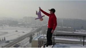 Hij greep zijn kind bij het been en naderde de rand van het gebouw. In mijn leve