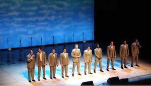 Een groep mannen verscheen op het podium, eerst werd met hen gelachen maar toen