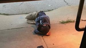 Een dakloze man die sliep onder een schuilplaats voor dieren . Wanneer de medewe