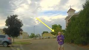 Opname van een politiecamera, waar de agent een oudere vrouw tegenkomt die allee