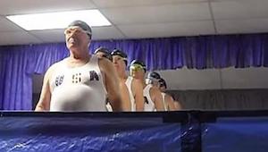 Synchroon zwemmen voor senioren - deze opname zal je tot tranen toe vermaken !