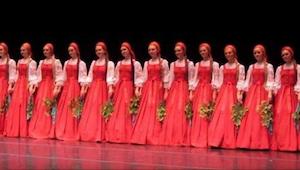 Russische dansers kwamen op het podium en toen hun prestatie begon, kon niemand