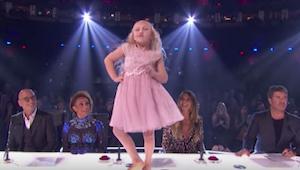 Een 9-jarig meisje begint te dansen op de tafel van de jury - maar na een paar t