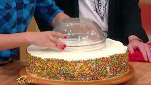 Ze zette een kom op de taart om het te snijden. Het effect is fantastisch!
