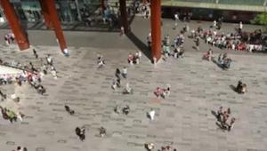 Het meisje begint plotseling te dansen in het midden van het plein in Eindhoven.