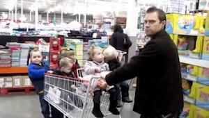 Zijn vrouw daagde hem uit om voor de 5 kinderen te zorgen. Wat hij deed is ongel