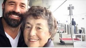 Zij zorgde 20 jaar lang voor haar zieke man. Toen deze overleed, belde haar zoon