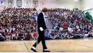 Een tiener gaat naar het midden van de gymzaal. Zodra de muziek aangaat, is iede