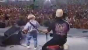 Een 4-jarige kwam het podium op met zijn eigen accordeon en sal de harten van he