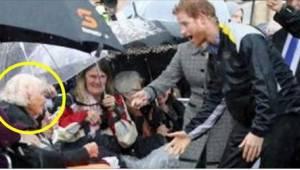Een 97 jaar oude vrouw zocht naar de blik van prins Harry. Toen hij haar zag, he