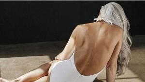 Deze foto's van een vrouw van 61 in badkleding, gaat het hele internet over. Kij