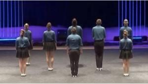 8 personen gaan klaar staan op het podium. Wanneer ze beginnen te dansen zijn we