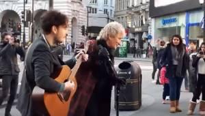 Een straatmuzikant die een nummer van Rod Stewart speelde, werd op de best mogel