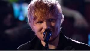 Toen de zoals gewoonlijk bescheiden en verlegen lachende Ed Sheeran het podium o
