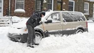 Terwijl hij bezig was met het ontsneeuwen van de auto, wachtten zijn vrouw en ki