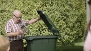 De buren wisten niet waarom deze pan praktisch nieuwe spullen bij het vuilnis ze