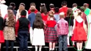 Kijk goed naar het meisje in het rood en je zult begrijpen waarom miljoenen mens