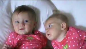 Een moeder legde tweelingen naast elkaar op bed. Blijf kijken naar het rechter m