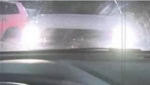 Als je op een parkeerplaats een auto voor je ziet staan met de koplampen aan, vl