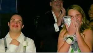 Ze vroeg een tiener met Downsyndroom mee naar het bal omdat niemand met hem wild