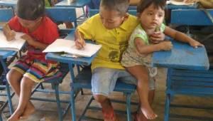 Een jongetje van 7 ging naar school met zijn jongere broertje. Wat hij tegen zij