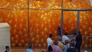 Zij werden gevraagd een kamer vol ballonnen binnen te gaan, echter hebben ze zo'