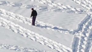 Een jongen loopt rondjes in de sneeuw. Het resultaat is verbijsterend!