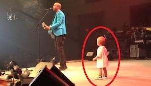 Het jongetje ging het podium op om zijn vader een knuffel te geven, maar met wat