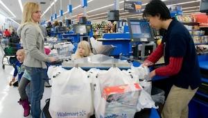 Hoe een winkelmanager een arme vrouw behandelde, zorgde voor tranen bij de kassa